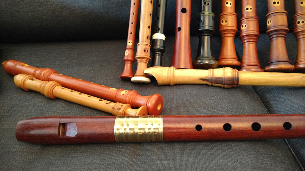 Une flûte alto de modèle Ganassi (à l'avant-plan) dont Vinvent Lauzer avait longtemps rêvé. Fabriquée d'une seule pièce, cette flûte au corps droit et au pied évasé se distingue par le large anneau de métal la rehaussant. (Crédit photo: Béatrice Cadrin)