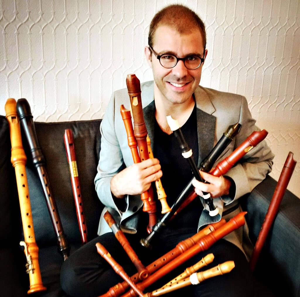 Aujourd'hui, Vincent Lauzer possède plus d'une quinzaine d'instruments pour combler les besoins de sa carrière florissante. Il nous fait découvrir sa collection. (Crédit photo: Béatrice Cadrin)