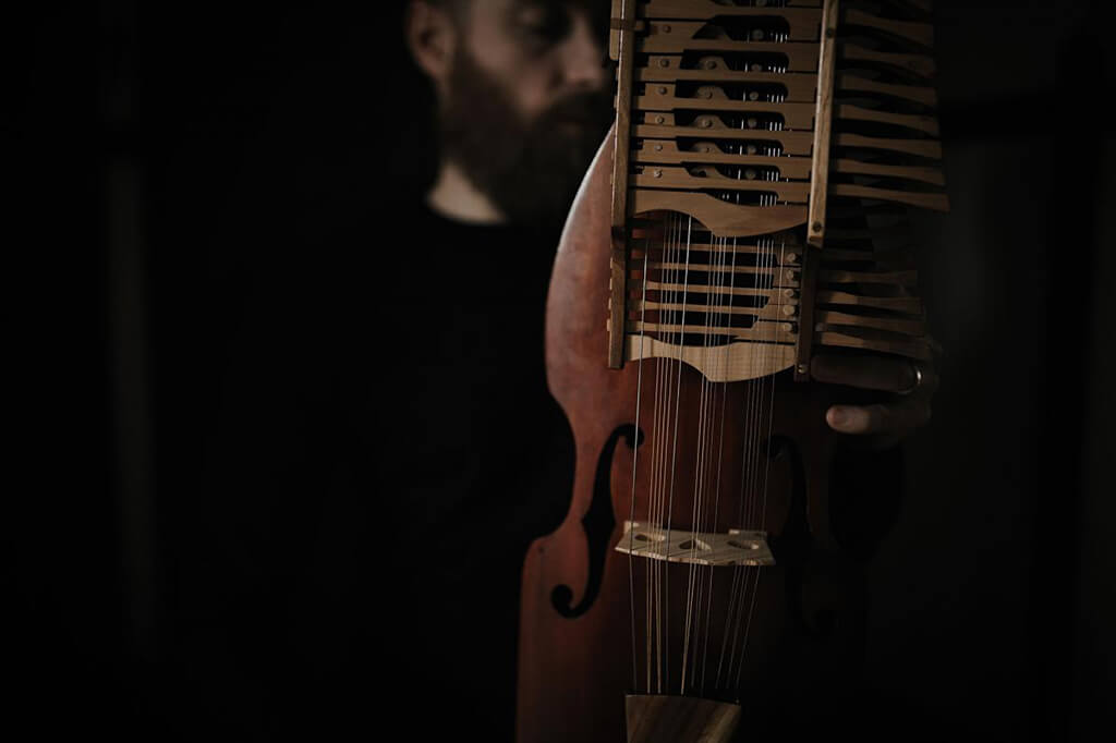 Le compositeur et multi-instrumentiste Jean-François Bélanger présente son spectacle Les Entrailles de la montagne. (Crédit: Yanick Lesperance).