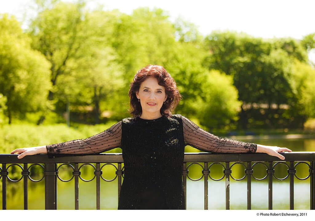 Depuis le début de sa carrière, Louise Bessette interprète la musique des compositeurs d'aujourd'hui. (Crédit: Robert Etcheverry)