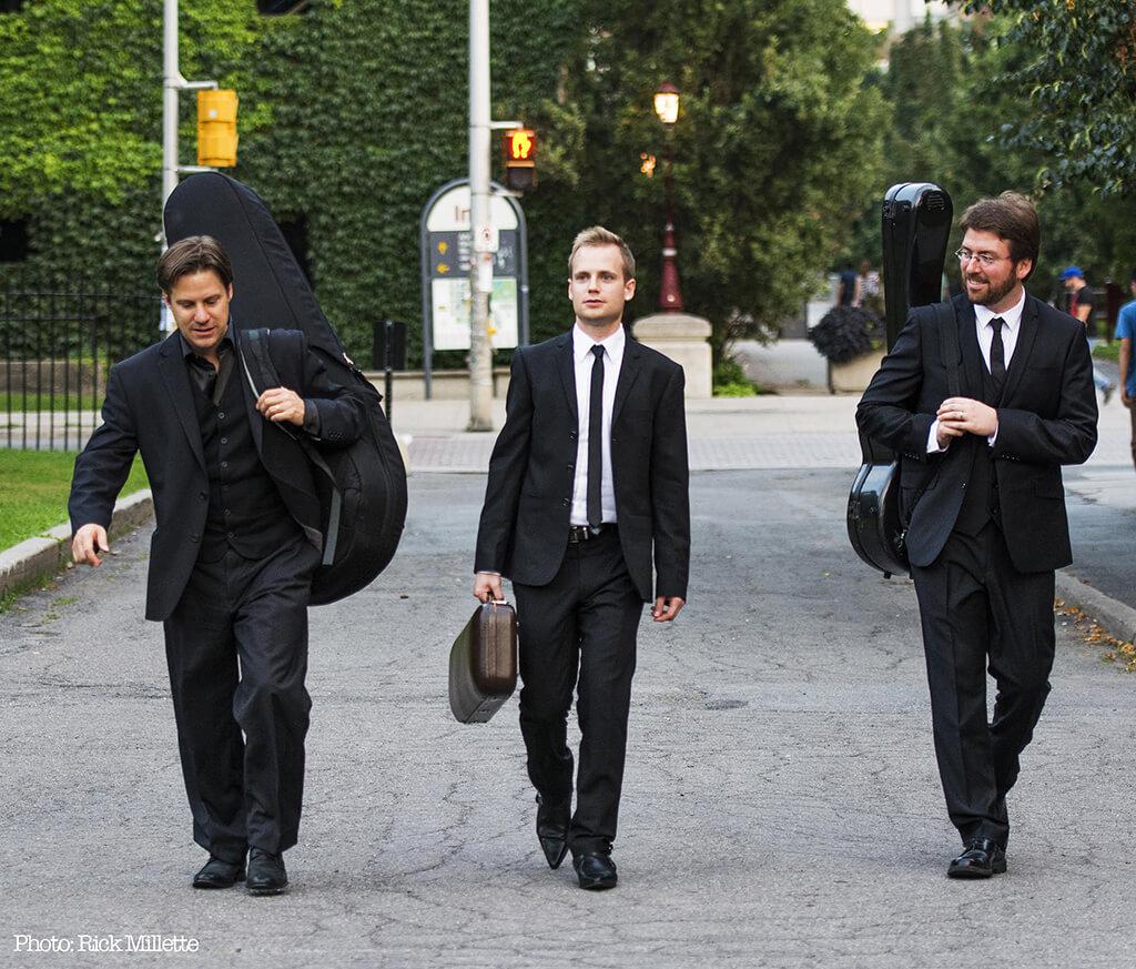 Le Trio Tangere, un nouvel ensemble formé par Marc Djokic (violon), Jérôme Ducharme (guitare) et Louis Trépanier (guitare) (Crédit: Rick Millette).