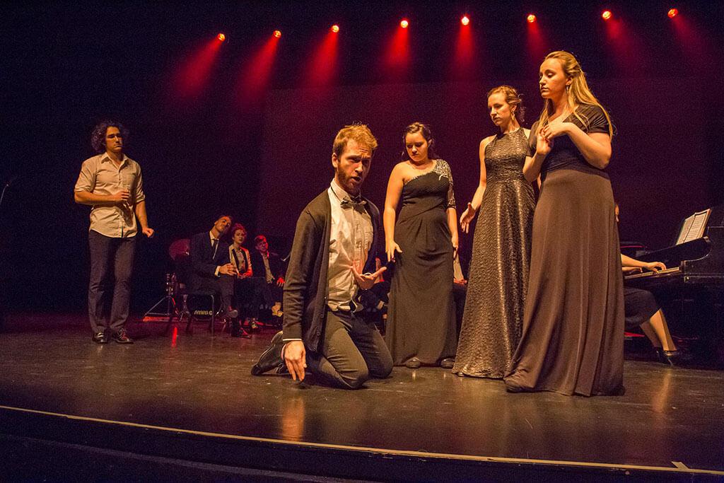 Des jeunes chanteurs de l'Atelier lyrique du Conservatoire de musique et d'art dramatique de Montréal. (Crédit : Marc-Antoine Fortin)