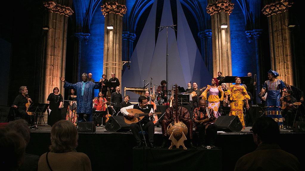 Jordi Savall était entouré de musiciens et chanteurs de plusieurs pays pour son concert Les Routes de l'esclavage. (Crédit: Claire Xavier).