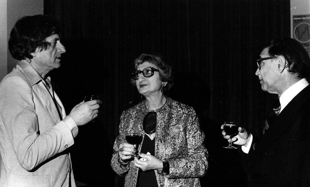 Maryvonne Kendergi, animatrice de radio, professeure et cofondatrice de la SMCQ en 1966. En compagnie de Xenakis et de Jean Papineau-Couture. (Photo: SMCQ)