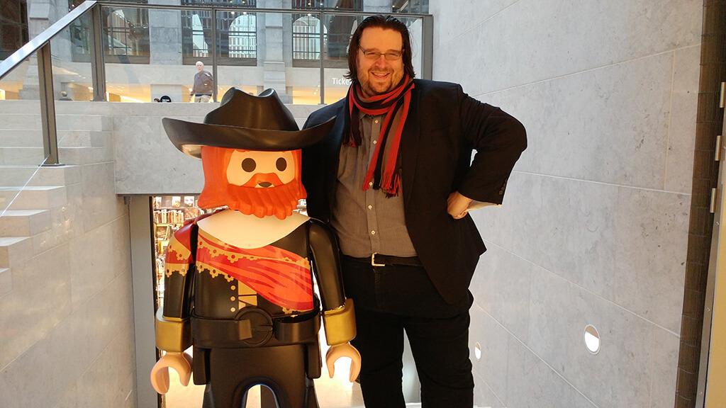 Éric Champagne au Rijksmuseum d'Amsterdam, avec son nouvel ami. (Crédit: Caroline Rodgers)