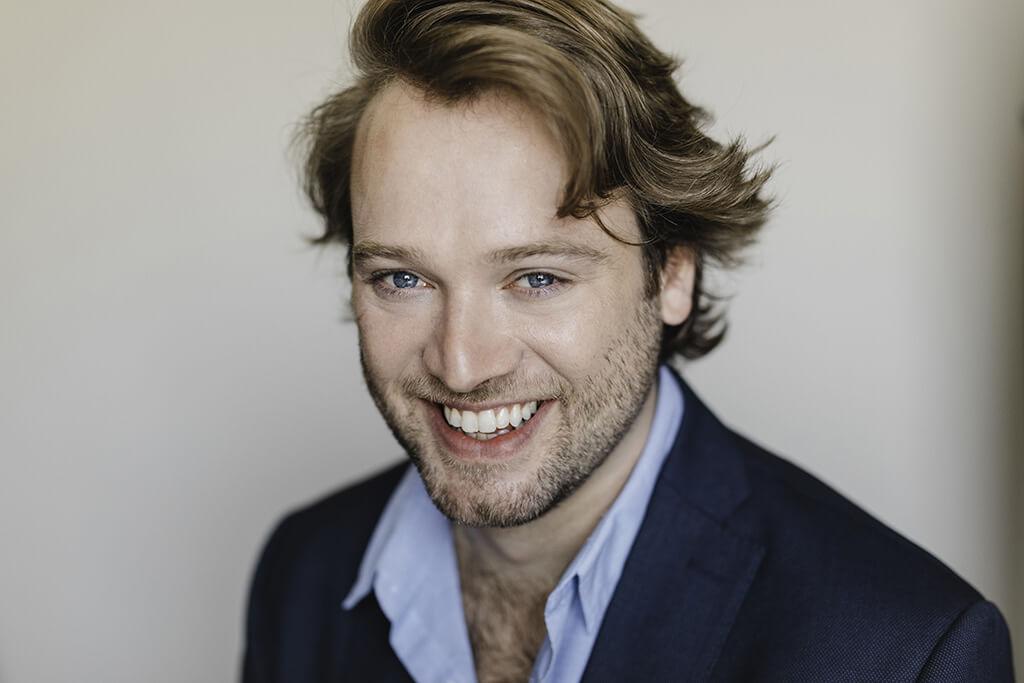 Nathan Keoughan, baryton et membre de l'Atelier lyrique de l'Opéra de Montréal. (Crédit: Brent Calis)
