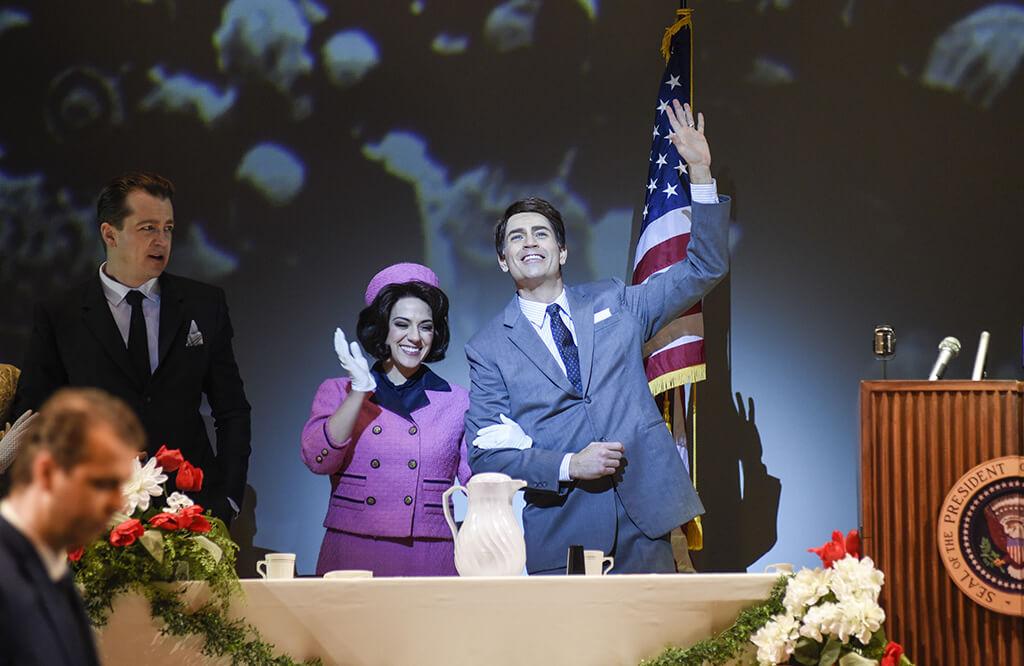 Jackie Kennedy (Daniela Mack) et JFK (Matthew Worth) dans la production JFK de l'Opéra de Montréal, présentée du 27 janvier au 3 février. (Crédit: Yves Renaud)