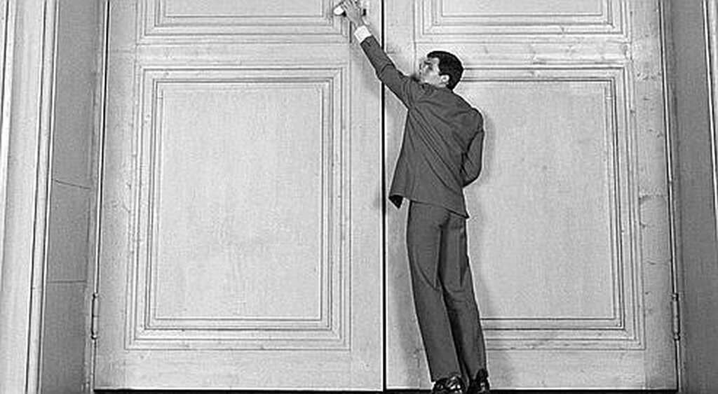 Le monodrame La Porte, de José Evangelista, est inspiré de contes traditionnels indiens, perses et arabes structurés autour du conte Devant la loi de Kafka. (Photo: image du film Le Procès, d'Orson Welles)