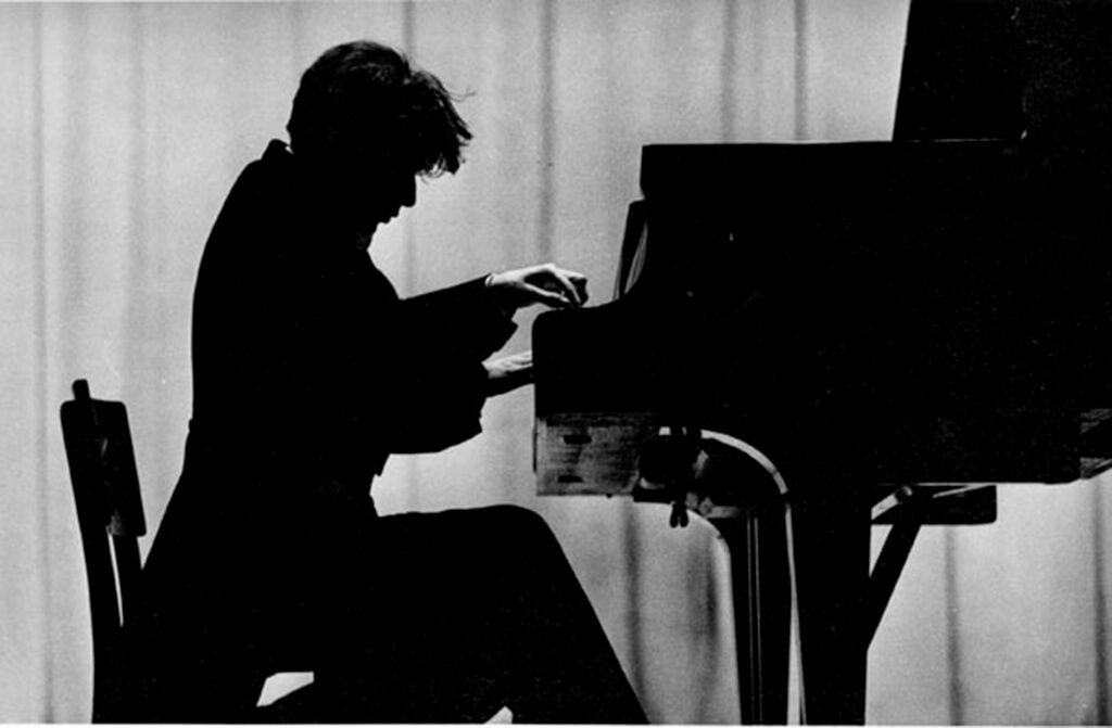 Silhouette of Glenn Gould. (Courtesy Library and Archives Canada)
