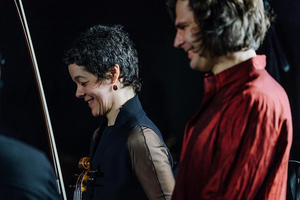 Yukari Cousineau, violon-solo de l'OM, et Serhiy Salov, pianiste, salue le public. (Crédit: François Goupil)