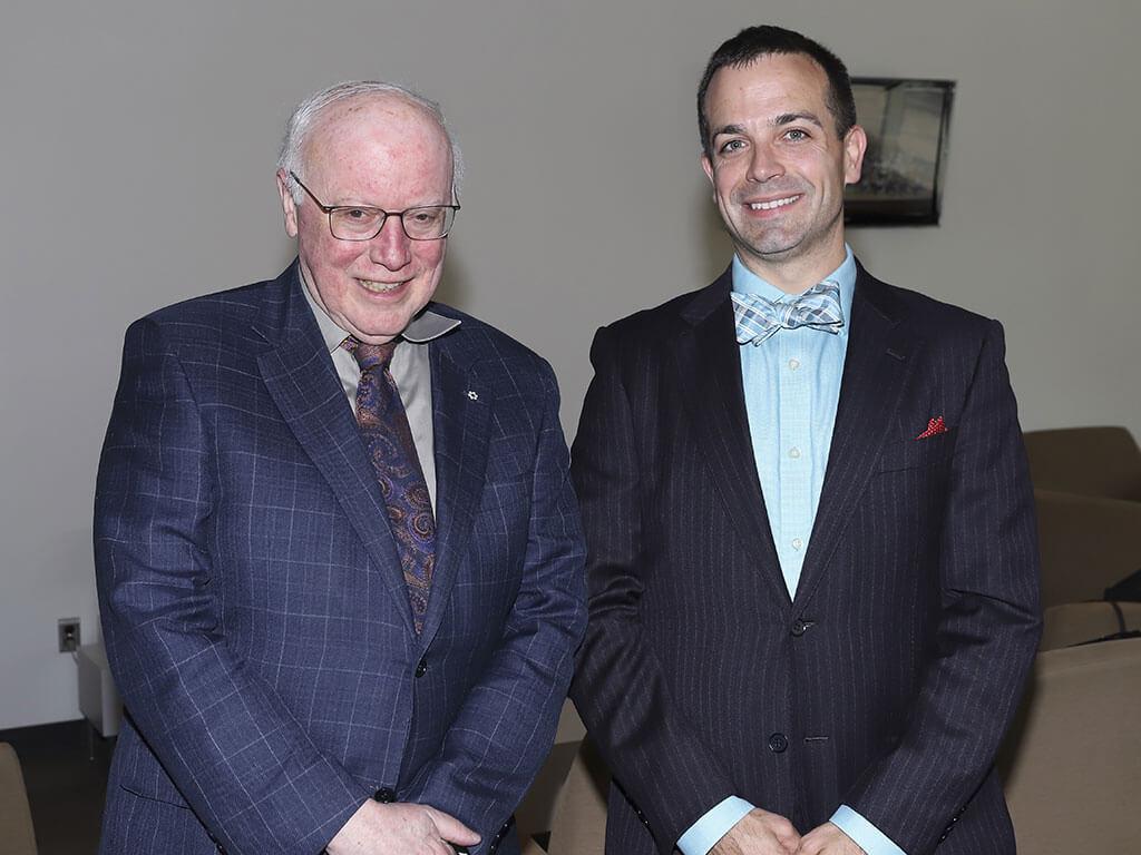 John Grew en compagnie de Thomas Leslie, directeur général du CIOC. (Crédit: Danielle Charron)