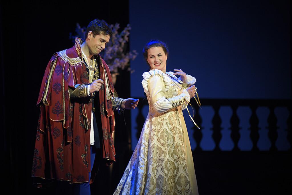 Le ténor espagnol Ismael Jordi et la soprano Marie-Ève Munger dans Roméo et Juliette, à l'Opéra de Montréal. (Crédit: Yves Renaud)