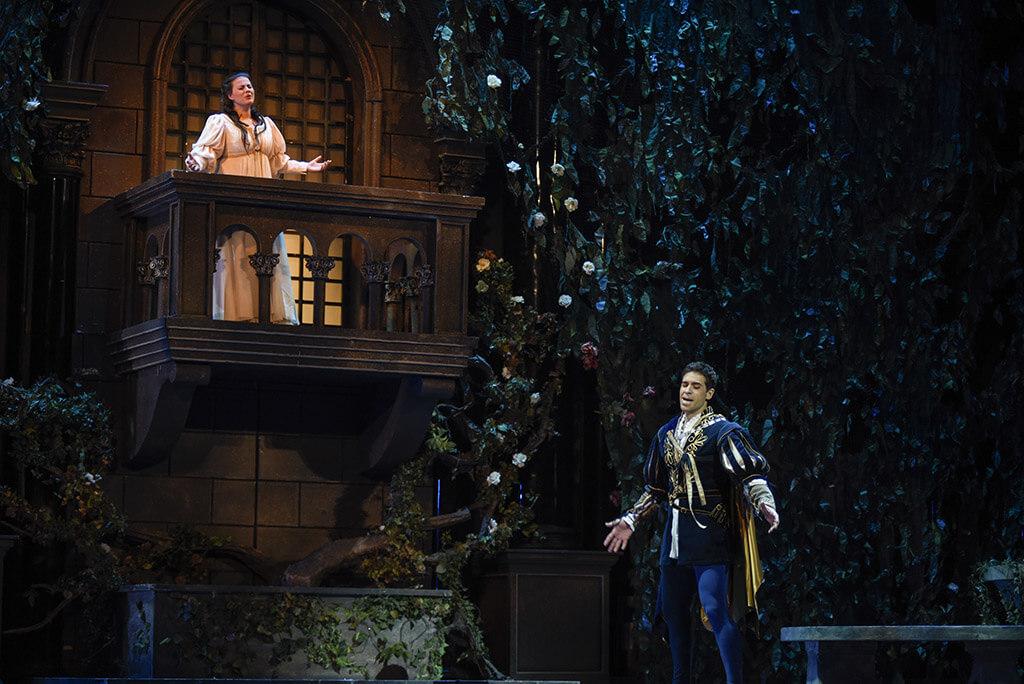 Les décors, costumes et éclairages sont absolument magnifiques, surtout dans la scène du balcon, encadrée d'une végétation luxuriante qui a l'air de sortir d'un livre de contes. (Crédit: Yves Renaud)