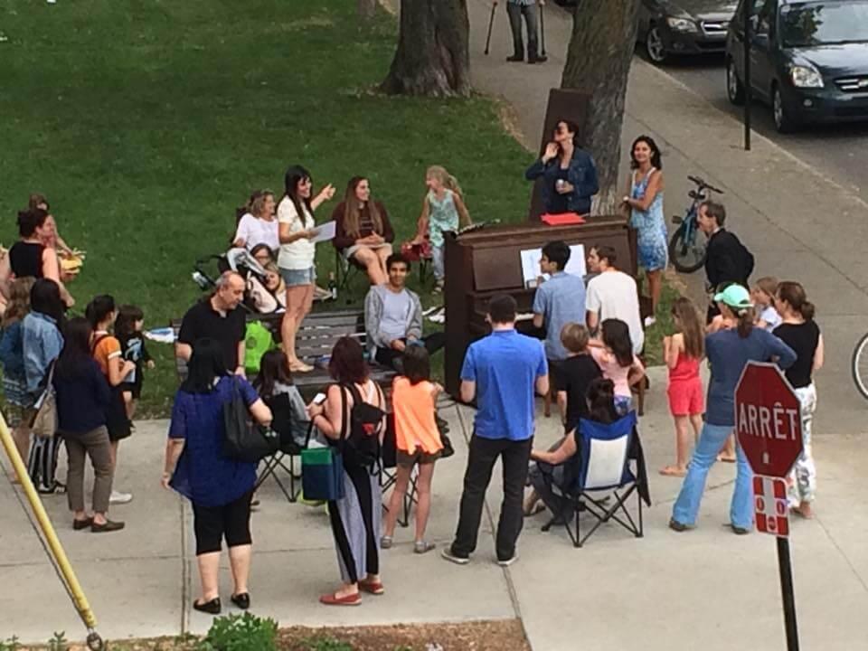 En soirée, plusieurs citoyens se sont réunis, heureux de retrouver leur piano. (Crédit: Julie Rocheleau)