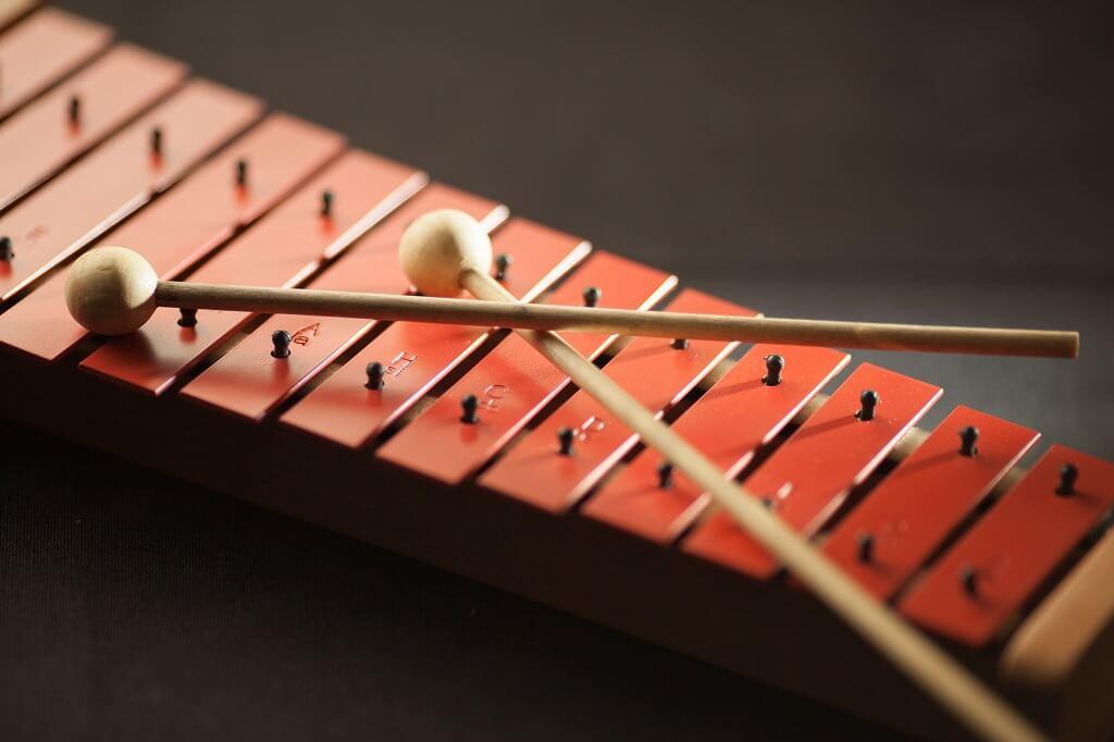 Lorsque l'enfant manipule un instrument, il a accès à un autre mode d'expression, à un espace créatif qui lui permet de faire jaillir les émotions qu'il ressent. (Photo: banque d'images)