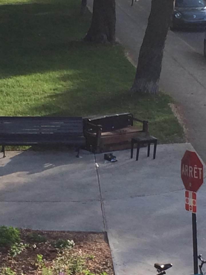 Le piano public situé près du parc Molson a été vandalisé pendant la nuit. (Crédit: Julie Rocheleau)