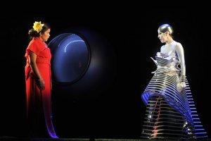La Flûte enchantée de Mozart dans une mise en scène de Robert Lepage est présentée à guichets fermés cette semaine au Festival d'opéra de Québec. (Crédit: Louise Leblanc)