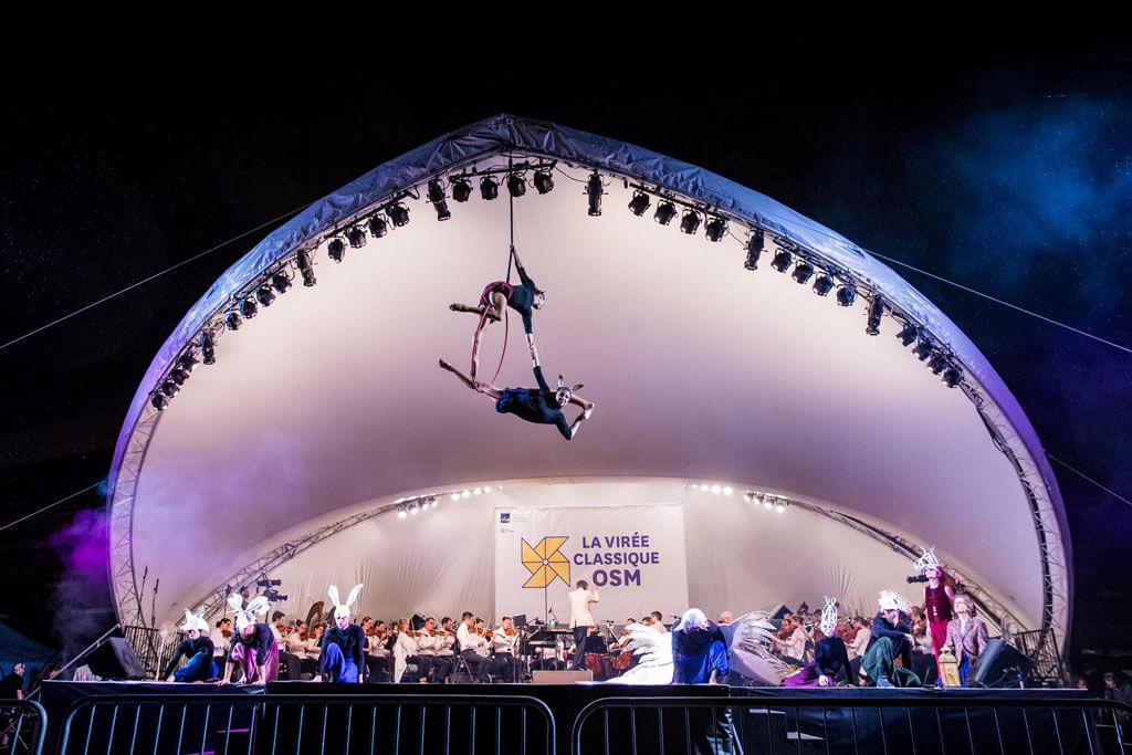 Les danseurs et acrobates d'Éloize illustraient la musique par leur talent et leurs prouesses physiques. (Crédit: Antoine Saito)
