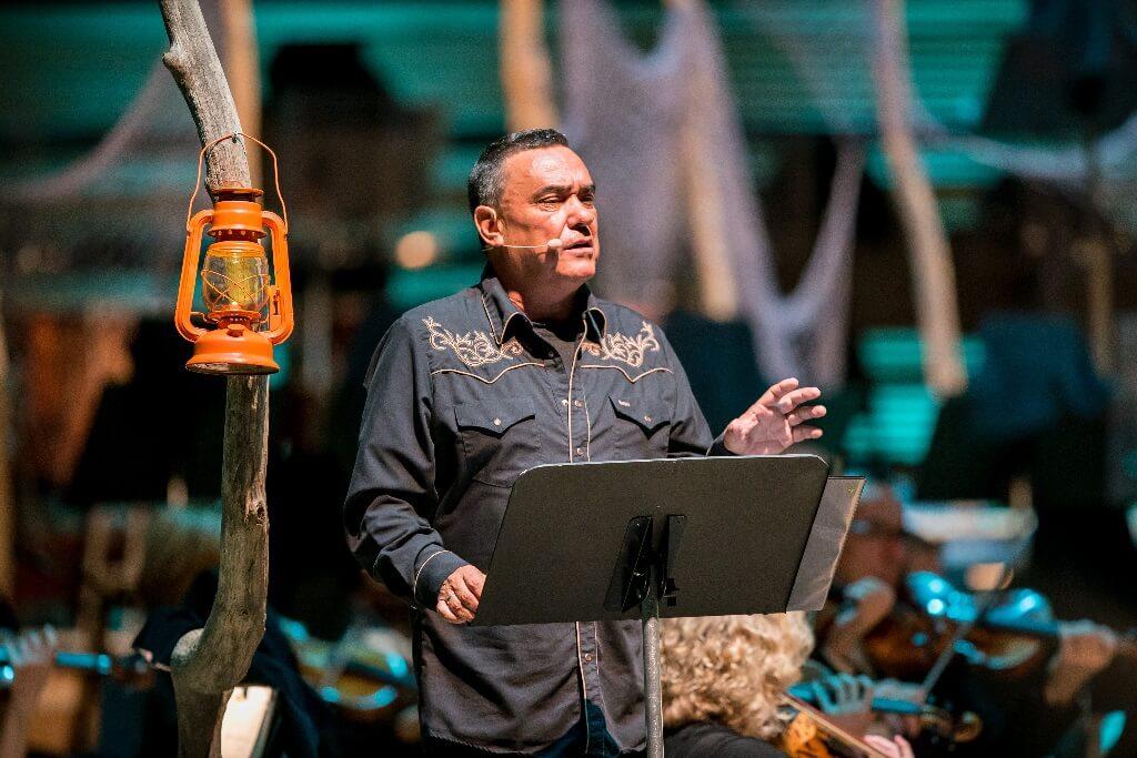Florent Vollant faisait la narration de l'opéra en innu. (Crédit: Antoine Saito)