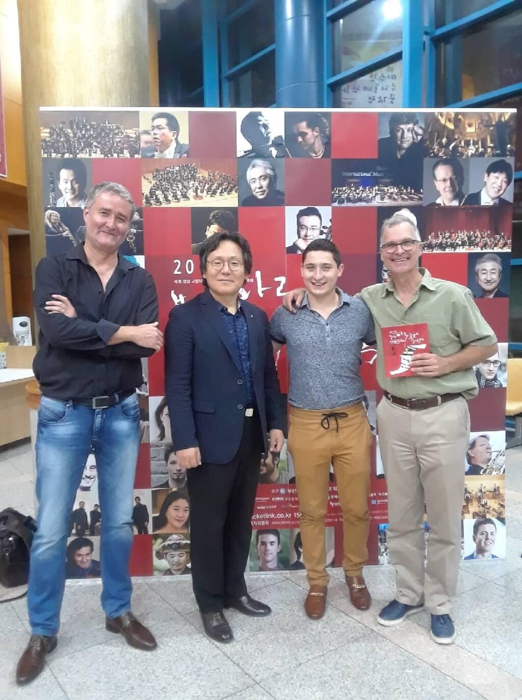 De gauche à droite: Simon Bertrand, compositeur, Jin Hyoun Baek, directeur du Festival international de musique de Busan Maru, Alexis Pitkevicht, directeur général de l'OF, et Ivan Lefebvre, directeur administratif de l'OF. (Photo: Caroline Rodgers)