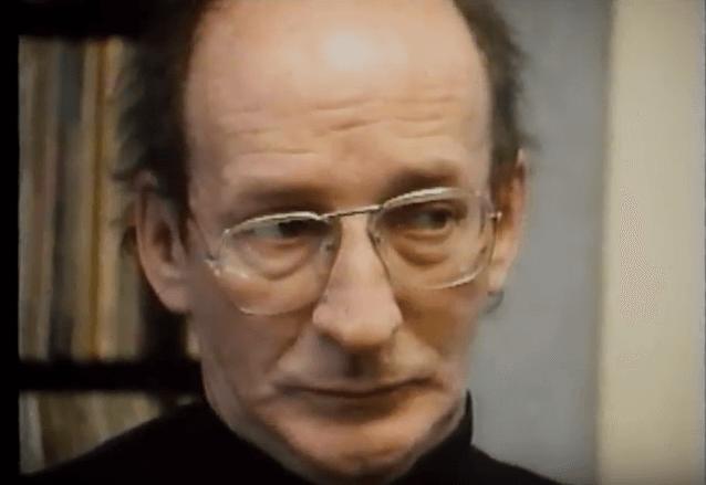 """Claude Gingras en 1992, dans une entrevue accordée à l'émission """"État critique""""."""