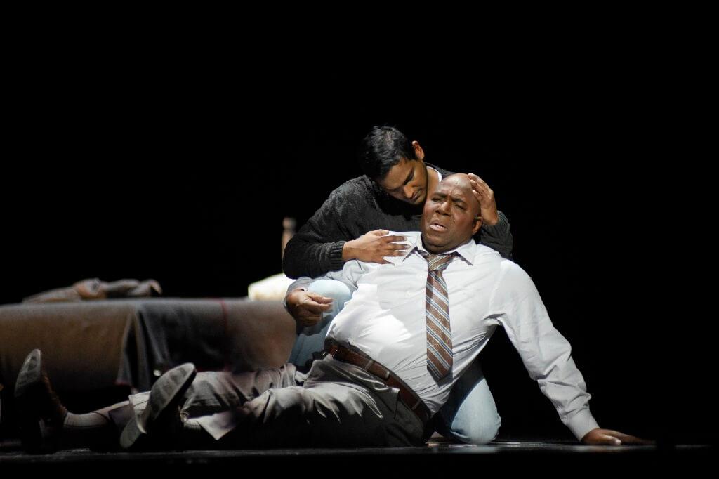 Asitha Tennekoon (Luis Griffith) et Arthur Woodley (Emile Griffith vieux). (Photo: Yves Renaud.)