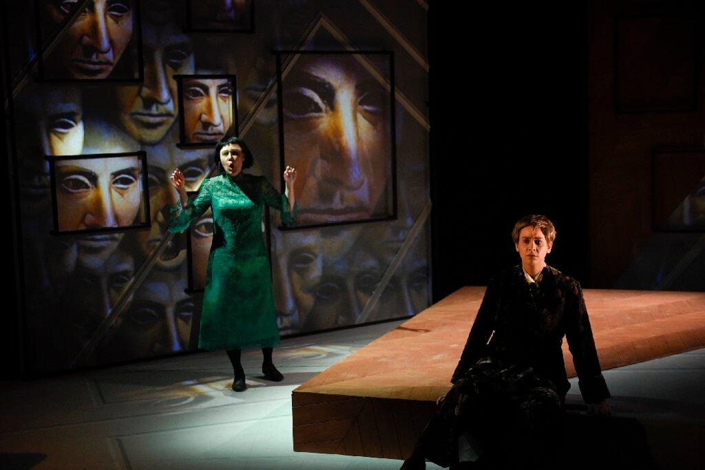 Dans un décor cubiste, le metteur en scène nous offre ainsi quelques beaux clins d'œil. (Photo: Yves Renaud)