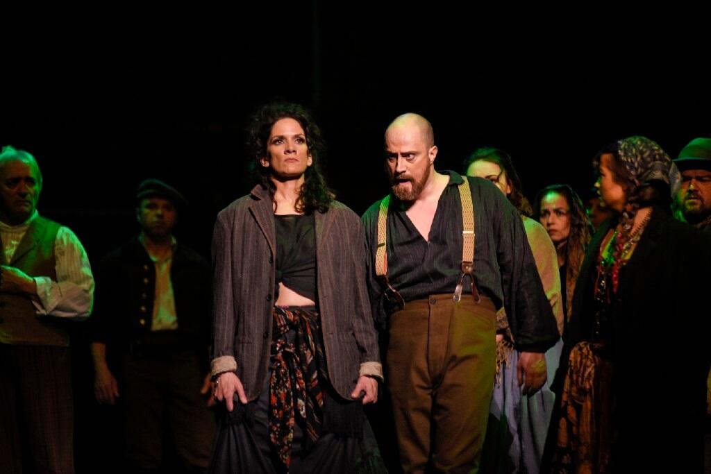 Krista de Silva (Carmen) et Antoine Bélanger (Don José). (Photo: Yves Renaud)