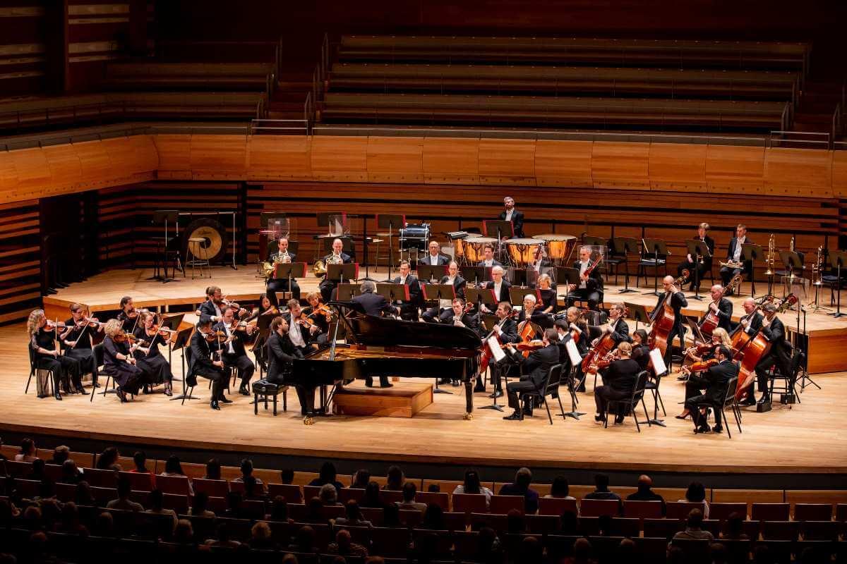 L'OSM avec Herbert Schuch sous la direction de Kent Nagano à la Virée classique 2019. (Photo: Antoine Saito)