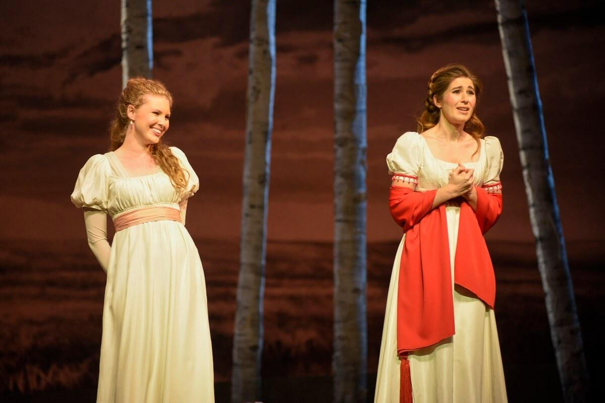 Carolyn Sproul et Nicole Car, dans Eugène Onéguine, Opéra de Montréal, septembre 2019. (Photo: Yves Renaud)
