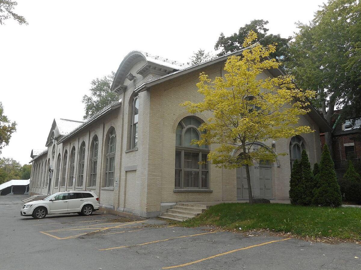 C'est à l'Ermitage, un bâtiment faisant partie du Collège de Montréal, que Musica Camerata a donné ses premiers concerts officiels. (Photo: Jean Gagnon, sous license creative commons)