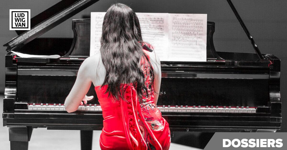 fille en robe rouge jouant du piano