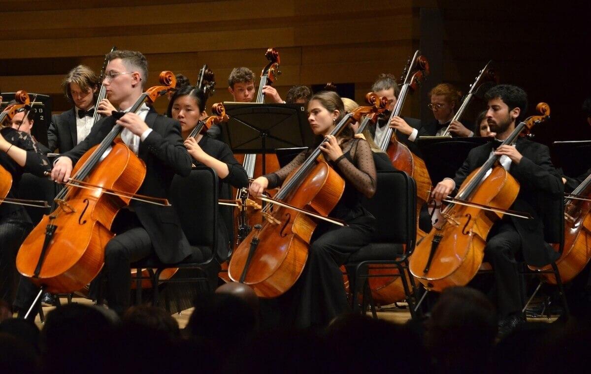 Les sections de violoncelles et de contrebasses de l'Orchestre national des jeunes du Canada (Photo : courtoisie)