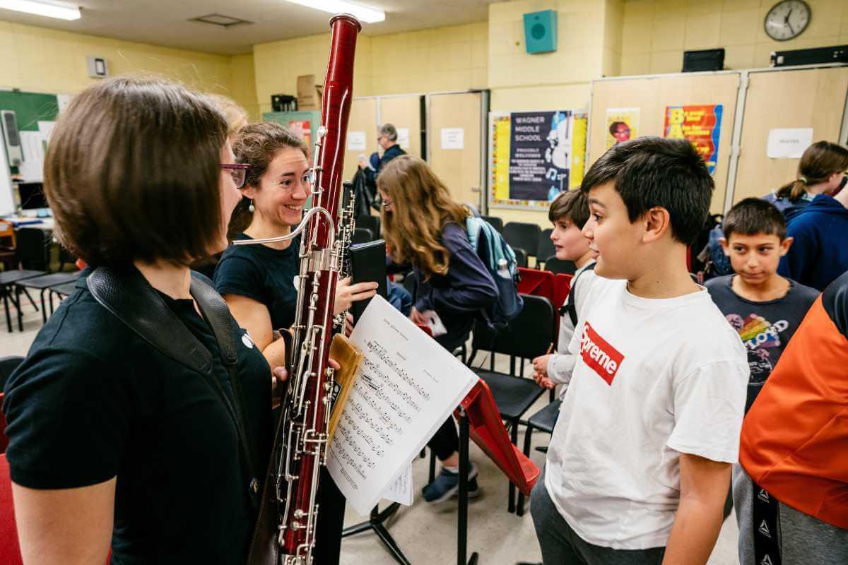 Gabrièle Dostie- et Marjorie en discussion avec un jeune élève d'une école secondaire de New York. (Photo: François Goupil)