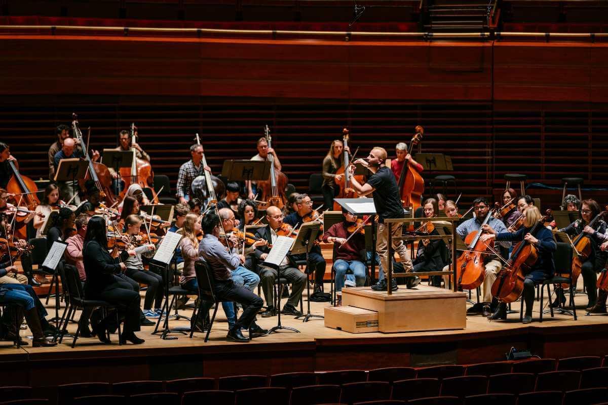 """Yannick Nézet-Séguin dirigeant le """"play-in"""" à Philadelphie, une rencontre musicale entre musiciens profesionnels et amateurs. (Photo: François Goupil)"""