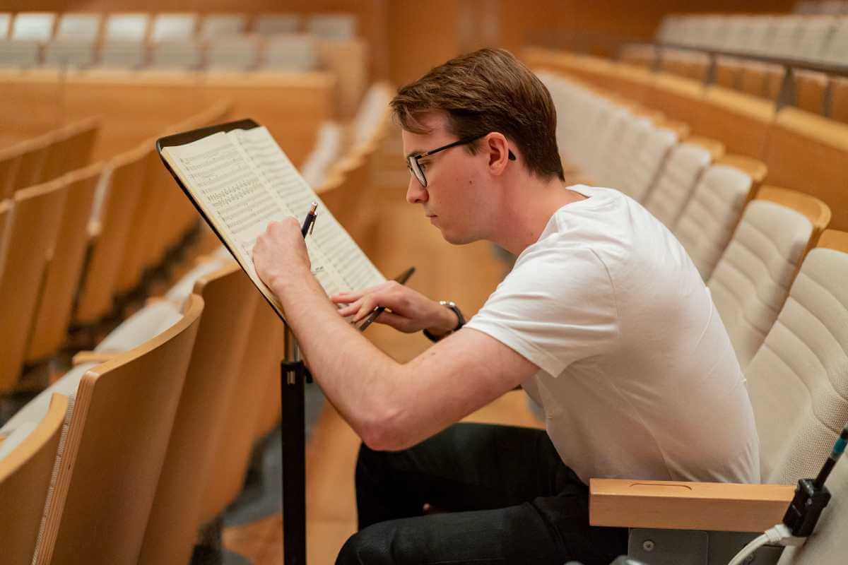 Thomas Leduc-Moreau, chef assistant à l'Orchestre symphonique de Montréal, 2019. (Photo: courtoisie de l'OSM)