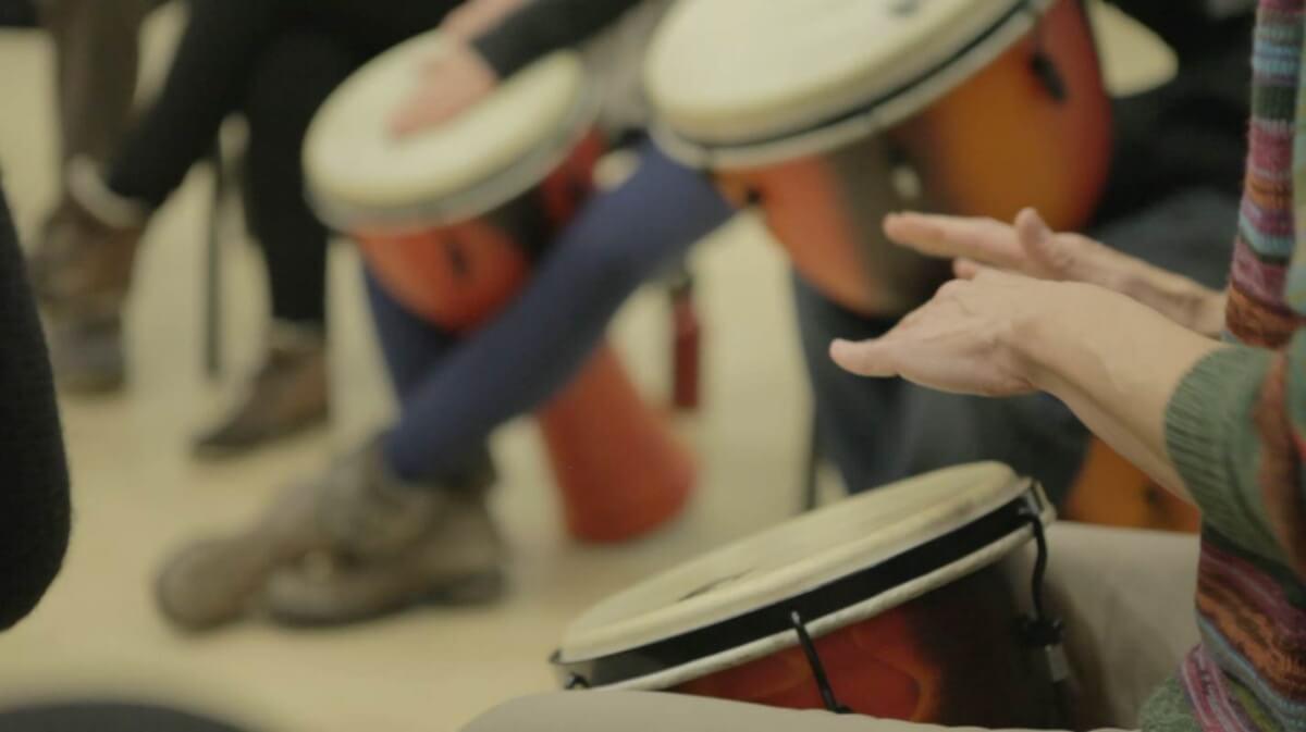 mains jouant du djembé dans un atelier des Jeunesses musicales