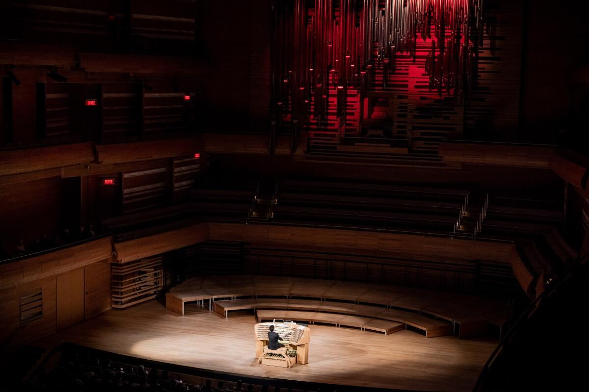 Vincent Dubois joue l'orgue Pierre-Béïque à partir de la console installée sur la scène de la Maison symphonique. (Photo : Antoine Saito)