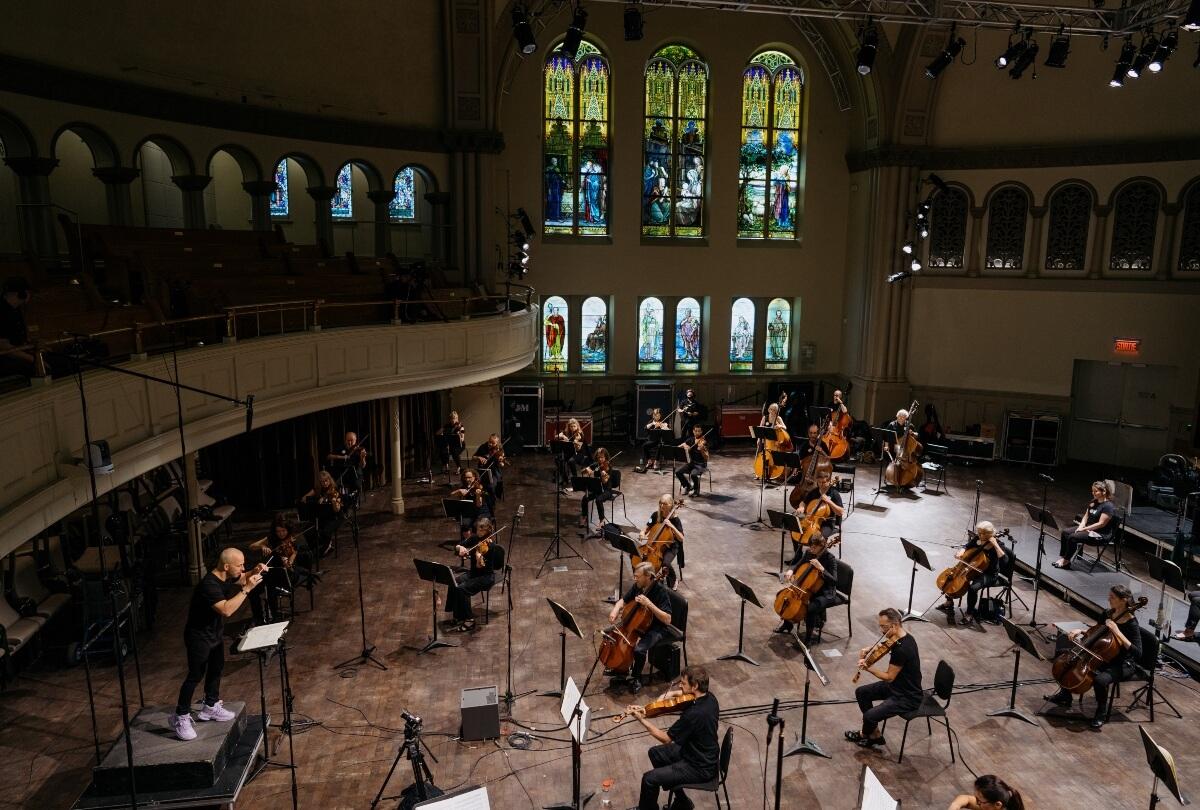 Orchestre Métropolitain envahit le parterre de la Salle Bourgie pour son enregistrement des symphonies de Beethoven.
