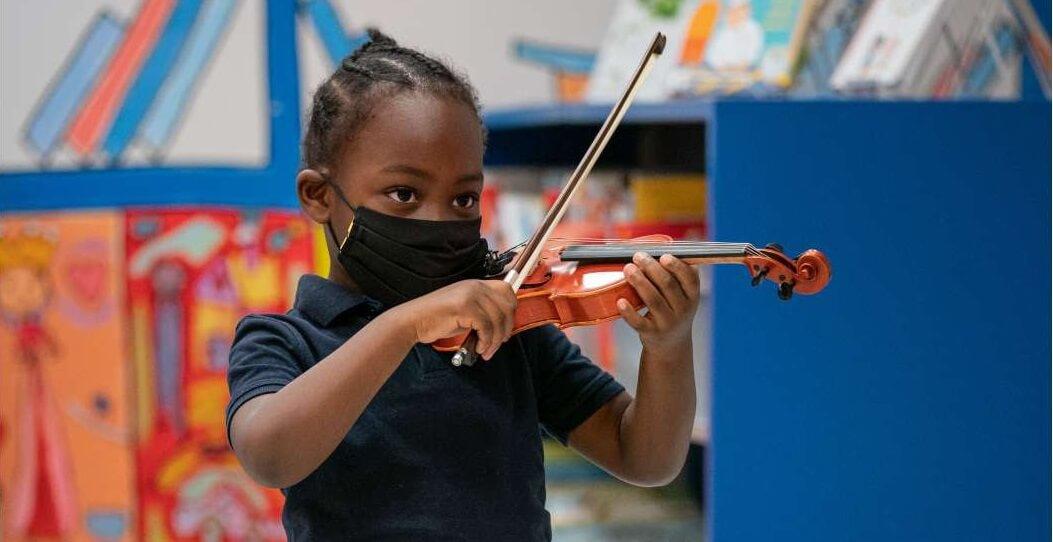 Mis en œuvre en 2016 dans l'arrondissement de Montréal-Nord, La musique aux enfants vise à initier les enfants d'âge préscolaire à l'apprentissage intensif de la musique afin de soutenir leur développement global et de contribuer ainsi à leur réussite scolaire à long terme.