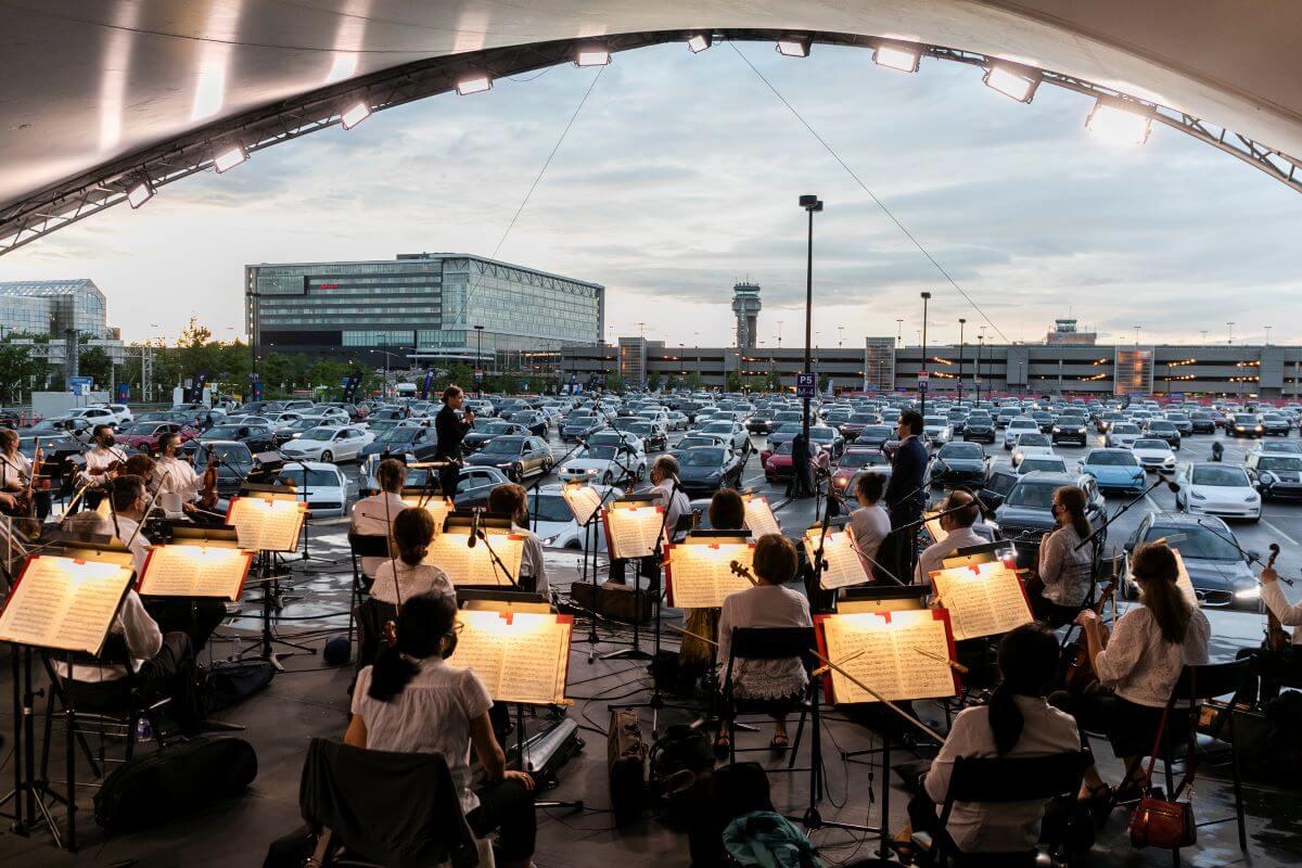 """Quelque 400 voitures étaient stationnées à l'aéroport pour permettre à leurs occupants d'écouter l'OSM en mode """"ciné-parc"""", pour l'Envolée classique, le 5 juin 2021. (Photo: Lino Cipresso)"""