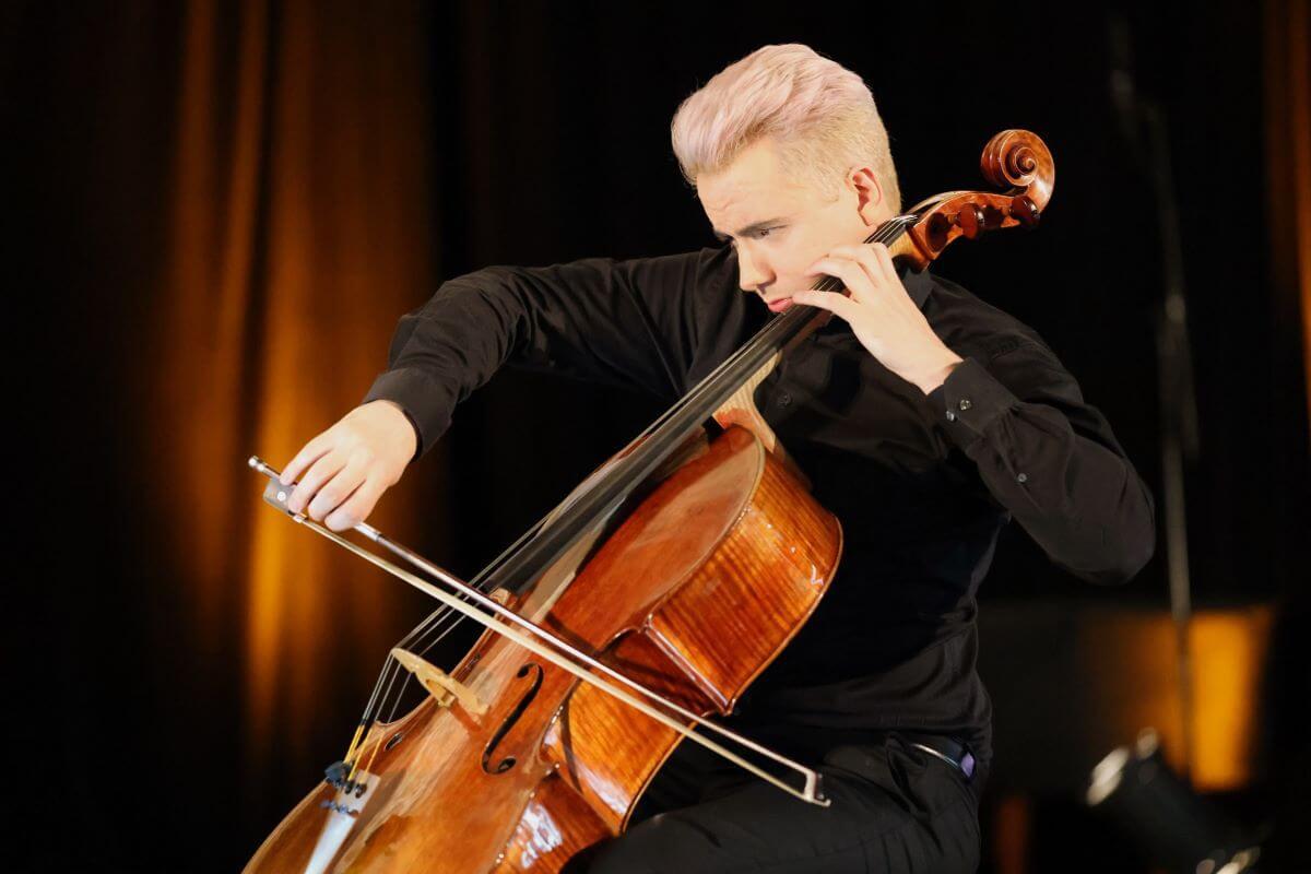 Stéphane Tétreault participait à la création des Six pièces inspirées des suites pour violoncelle de J.S Bach, de Denis Plante, le 12 juin 2021 au Festival Classica.