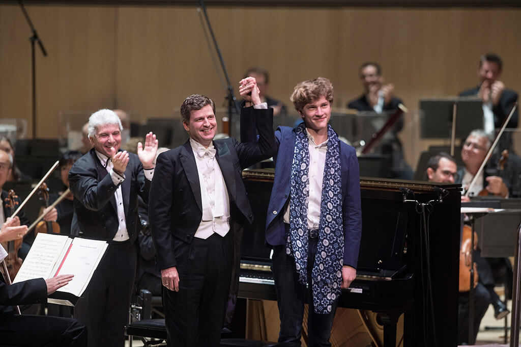 Pianist Jan Lisiecki joins James Ehnes and the TSO for a surprise encore. (Photo: Jag Gundu)