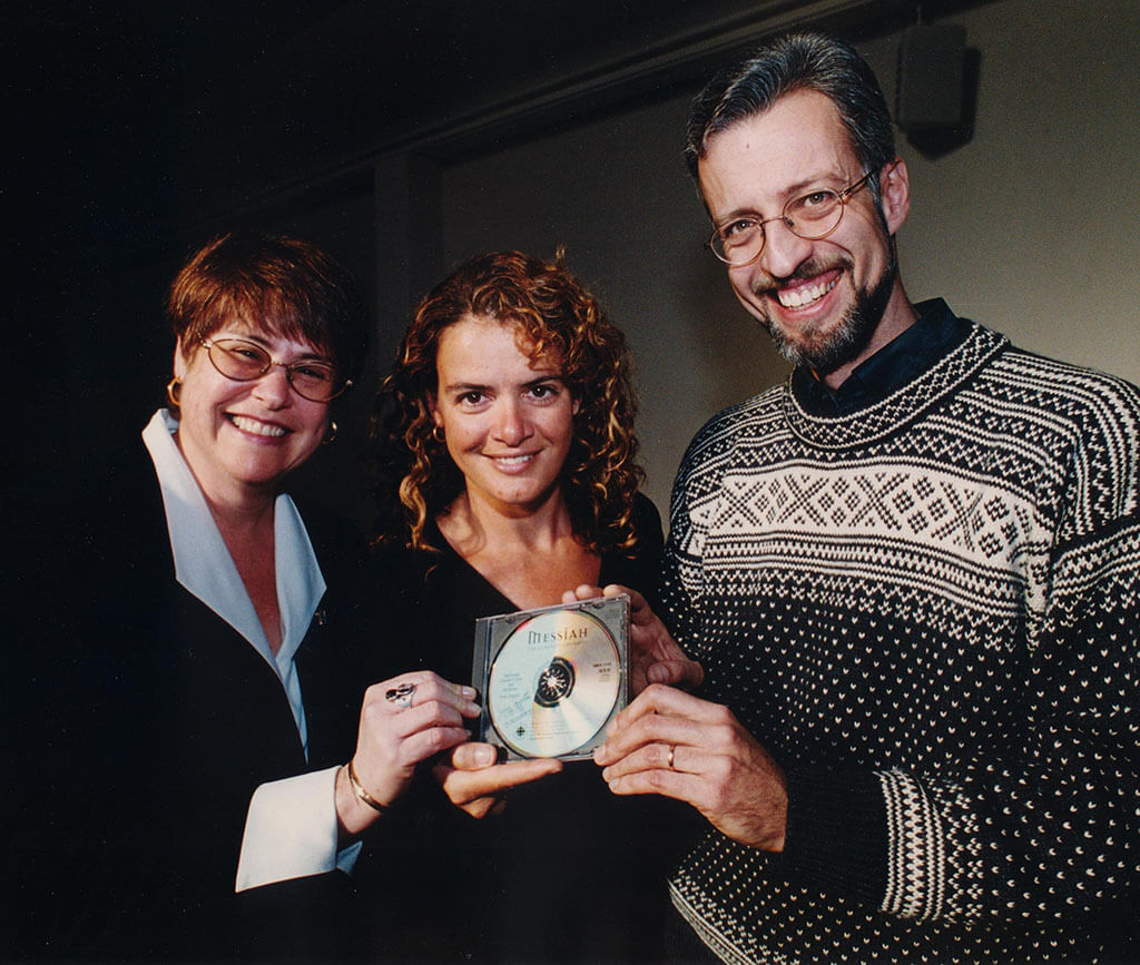 Julie Payette (centre) poses with Tafelmusik Choir Director Ivars Taurins (right) and former Tafelmusik Managing Director Ottie Lockey (left). (Photo: Tafelmusik)