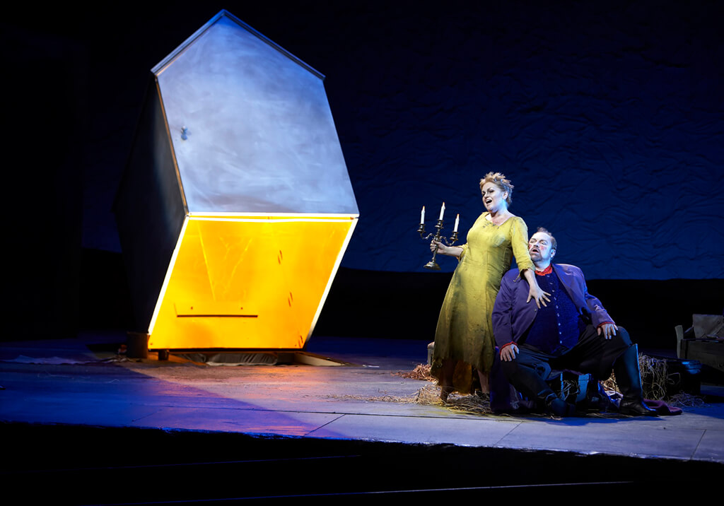 (L-R) Susan Bullock as Elektra and John Mac Master as Aegisth in the Canadian Opera Company's production of Elektra, 2007 (Photo: Michael Cooper)