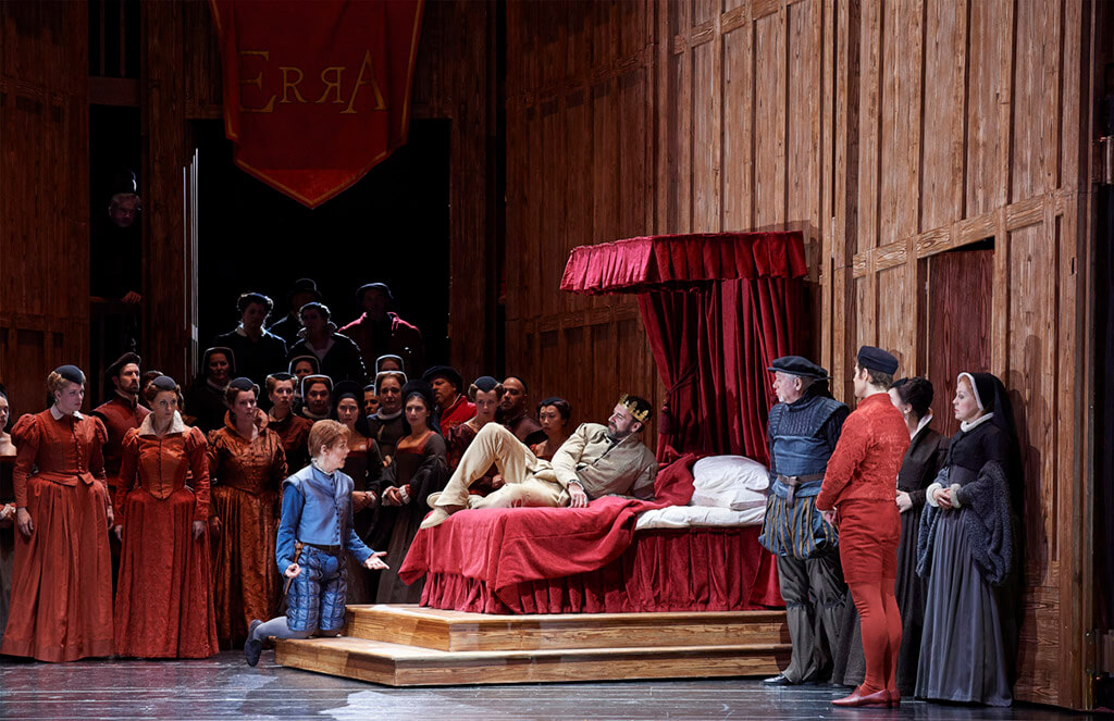 (l-r) Allyson McHardy as Smeton, Christian Van Horn as Enrico VIII (centre) and Jonathan Johnson as Hervey (at far right, in red) (Photo: Michael Cooper)