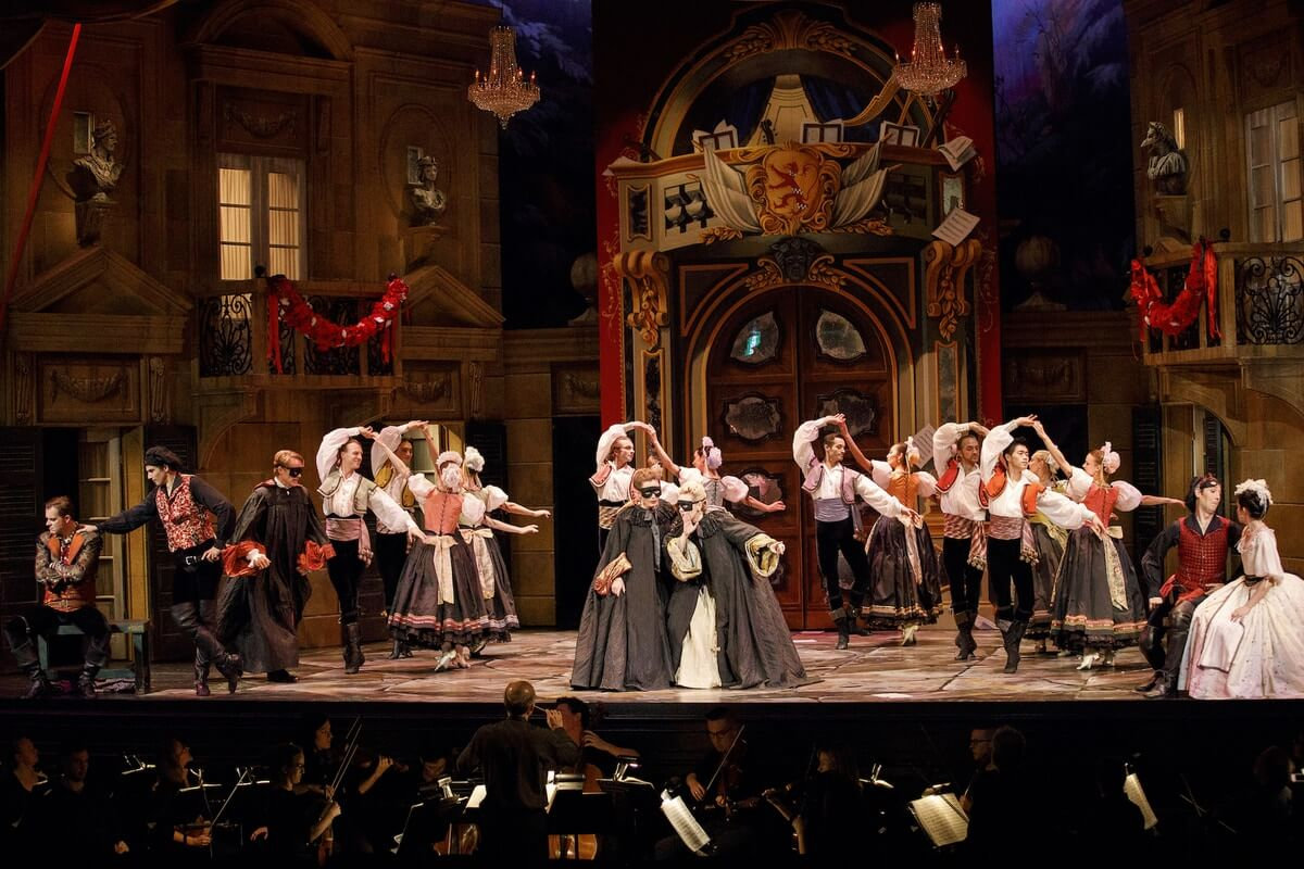 The cast of Opera Atelier's Don Giovanni with Artists of the Atelier Ballet