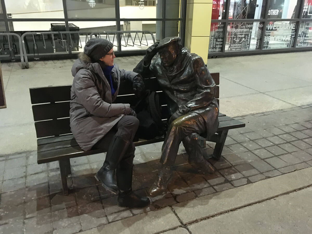 The author with the Glenn Gould statue on Front Street (Photo : Michela Comparey)