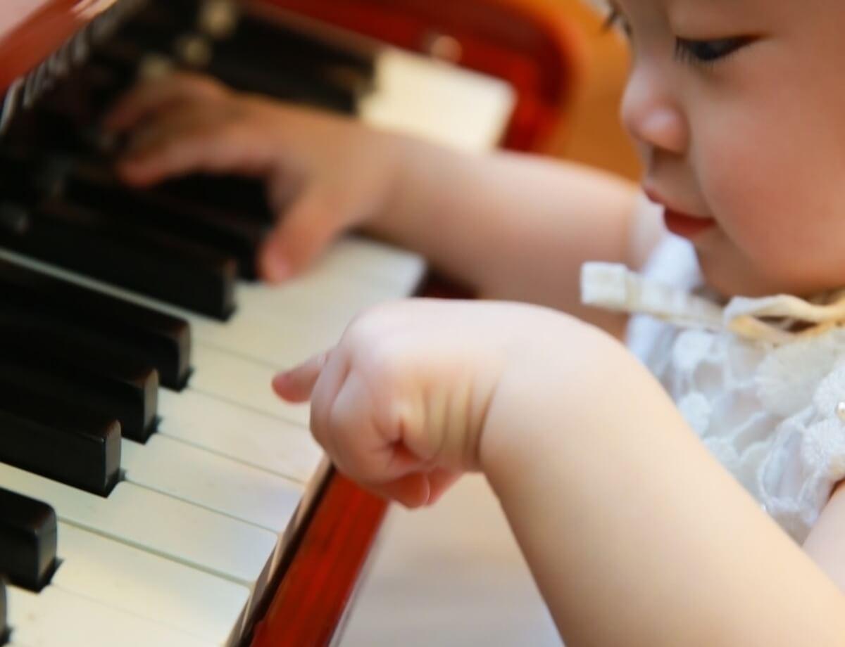 baby-at-the-piano crop