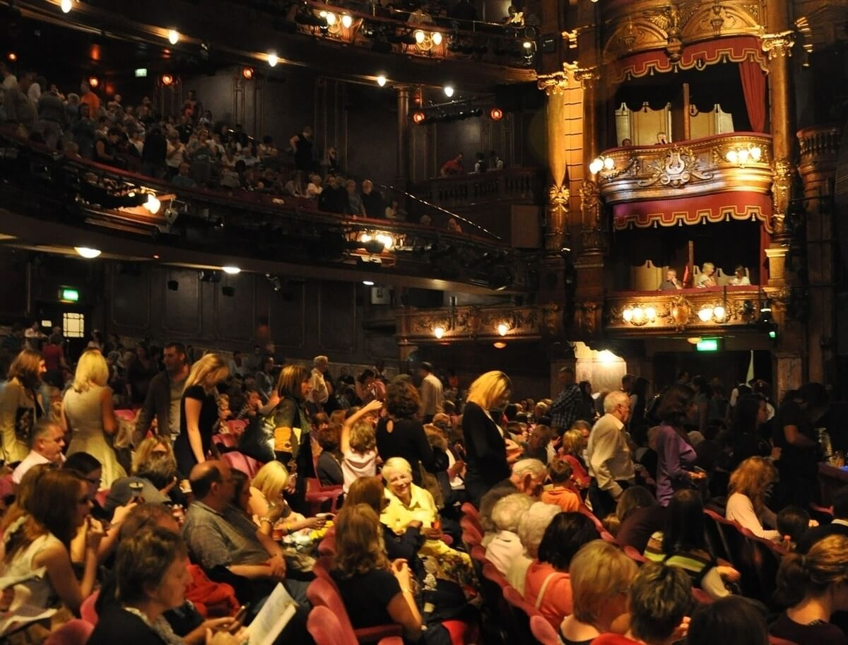 Crowd at the London Palladium Theatre (Image by 272447 from Pixabay)
